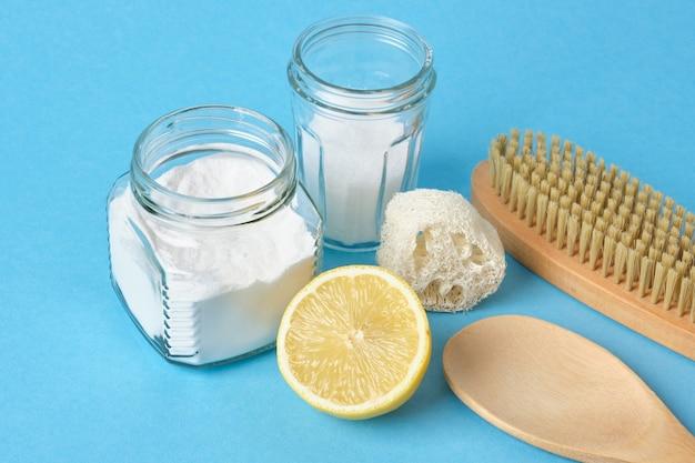 Soda cytryna szczotka i soda na niebieskim tle zestaw eco cleanong