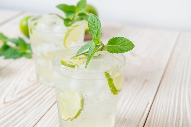 Soda limonkowa mrożona z miętą - napój orzeźwiający