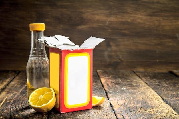 Soda oczyszczona z octem i cytryną. na drewnianym stole.