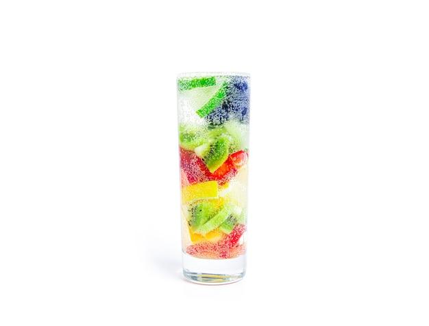 Soda z kawałkami owoców na białym tle koktajle owocowe napój bezalkoholowy z owocami