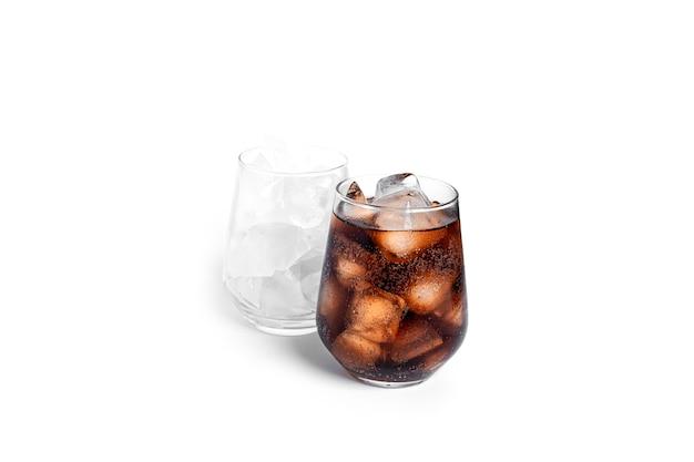 Soda z lodem w przezroczystym szkle na białym tle. szkło z lodem i szkło z sodą.