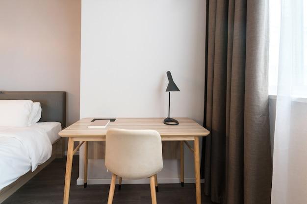 Sofa i biurko w hotelowej sypialni