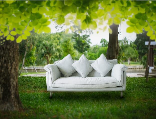 Sofa w parku koncepcja relaksu