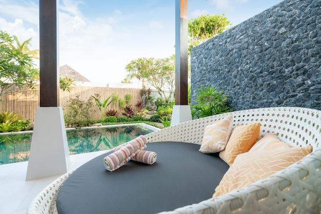 Sofa w willi przy basenie
