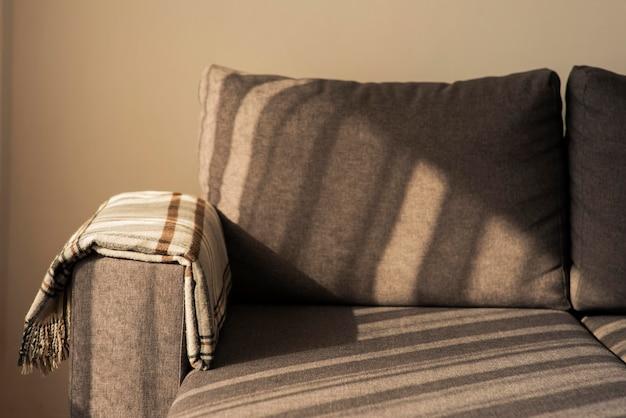 Sofa z cieniami w salonie