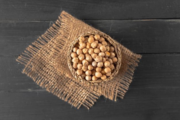 Sojowe fasole na drewnianym stole