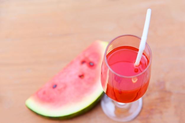 Sok arbuzowy na szkle z kawałkiem arbuza owocowego lata
