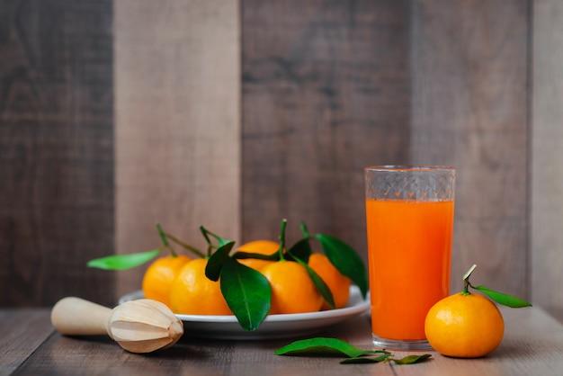 Sok cytrusowy i świeża mandarynka