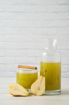 Sok gruszkowy o smaku cynamonowym w szklanym słoiku