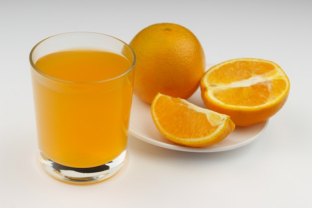 Sok i pomarańcza na białym tle