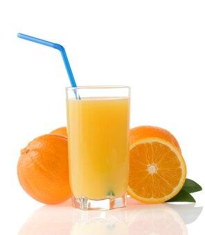 Sok i pomarańcze na białym tle