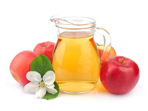 Sok jabłkowy na białej ścianie z bliska.