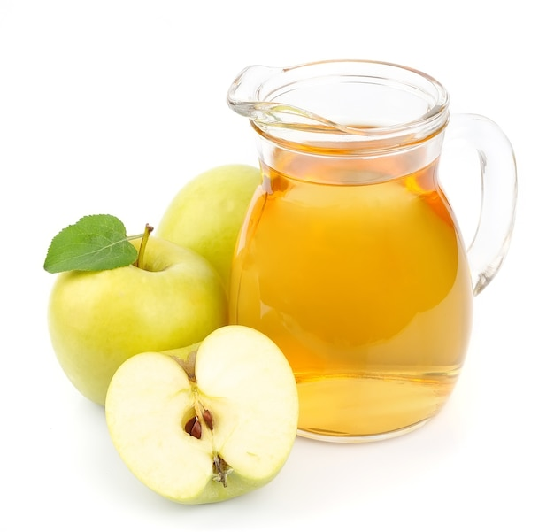Sok jabłkowy na białym tle. drink