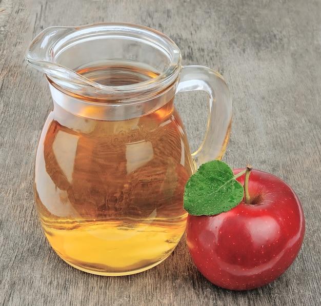 Sok jabłkowy na drewnianym stole. drink