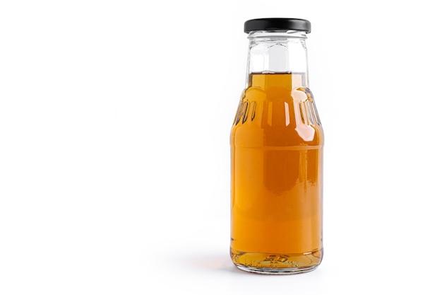 Sok jabłkowy w butelce na białym tle.