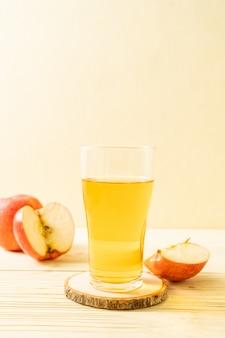 Sok jabłkowy z owocami czerwonych jabłek