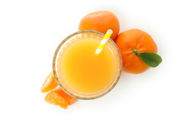 Sok mandaryński i składniki na białym tle