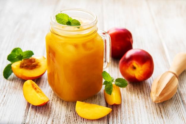 Sok nektarynowy ze świeżymi owocami