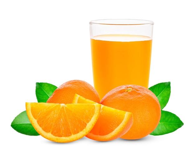 Sok pomarańczowy i plastry pomarańczy na białym tle