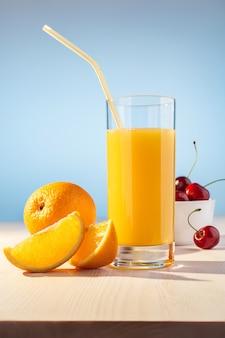Sok pomarańczowy, jagody wiśniowe i pomarańcza.