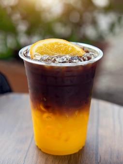 Sok pomarańczowy na kawie americano na lodzie.