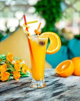 Sok pomarańczowy przyozdobiony plasterkiem pomarańczy