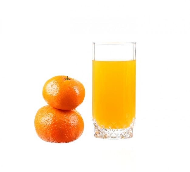 Sok pomarańczowy w szklance z pomarańczy na białym tle
