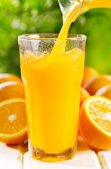 Sok pomarańczowy wlewając do szklanki