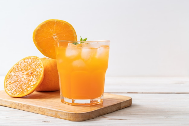 Sok pomarańczowy z lodem