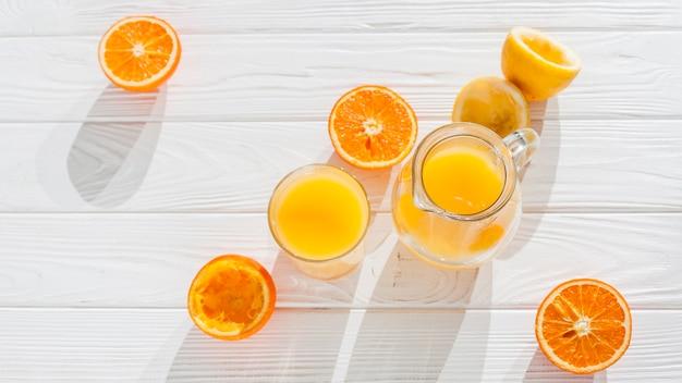 Sok pomarańczowy z wyciśniętymi owocami