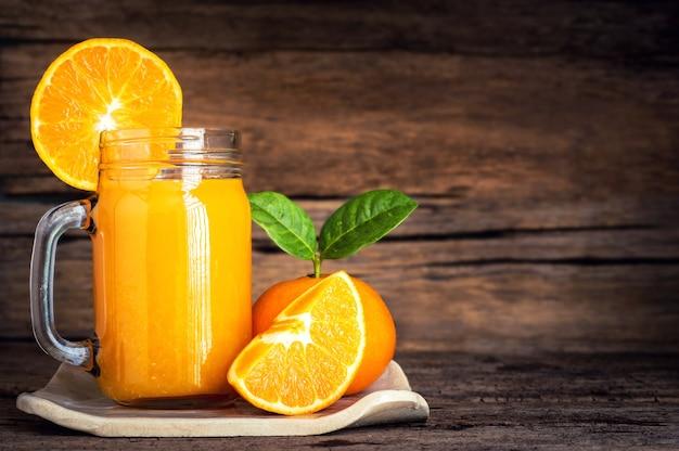 Sok pomarańczowy ze świeżą pomarańczą