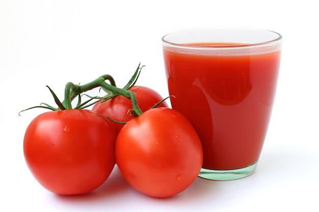 Sok pomidorowy i pomidory na białym tle