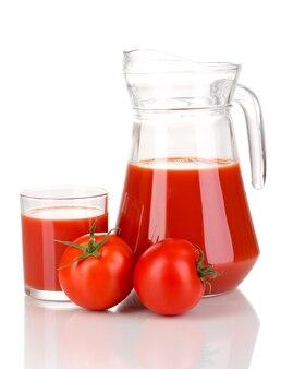 Sok pomidorowy w dzbanku i szkle na białym tle