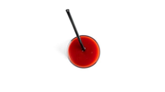 Sok pomidorowy w szkle na białym tle