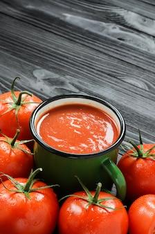 Sok pomidorowy w zielonym kubku emaliowanym