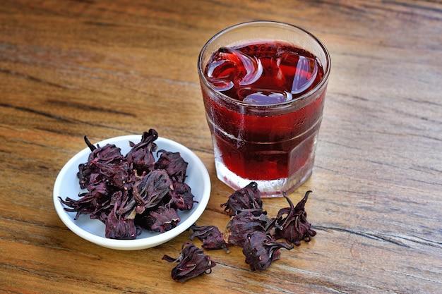 Sok roselle na drewnianym stole, ziołowa herbata organiczna