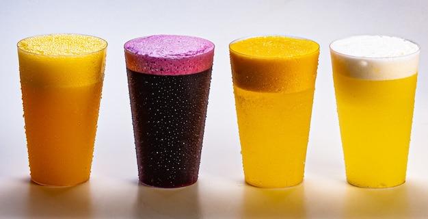 Sok winogronowy, sok pomarańczowy, sok ananasowy i sok z marakui, świeże i mrożone - zdrowe napoje na białym tle