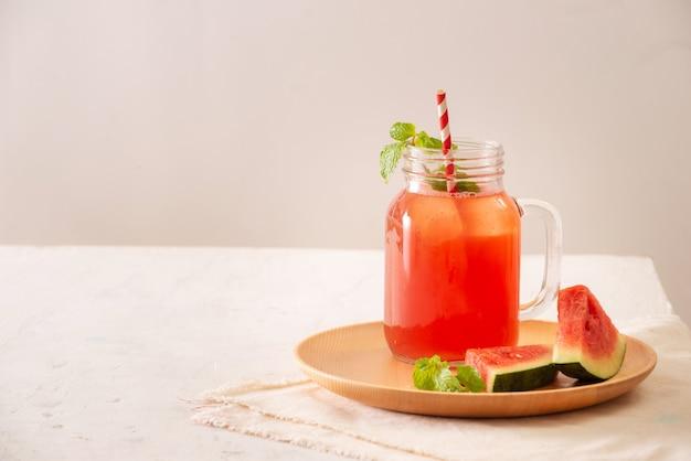 Sok z arbuza na białej powierzchni, zdrowy napój