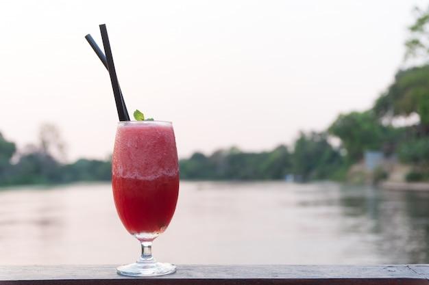 Sok z arbuza w szklance gotowej do picia.