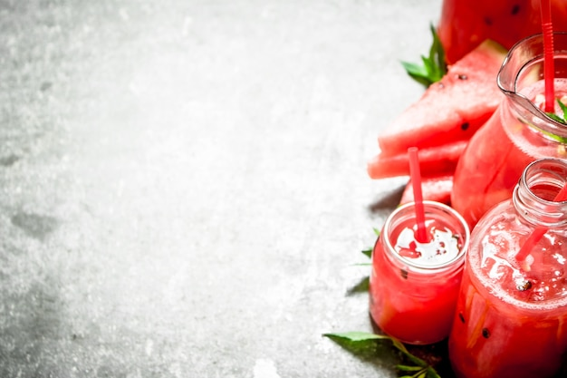 Sok z arbuza z miętą na kamiennym stole