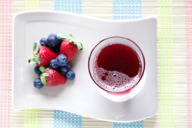 Sok z czerwonych owoców i jagód