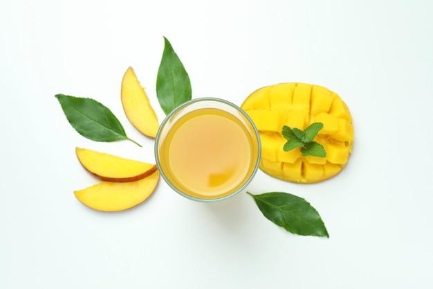 Sok z mango i owoce na białym
