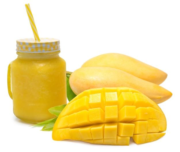Sok z mango, świeży koktajl z mango i owoce mango na białym