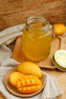 Sok z mango w szklance na drewnianym stole