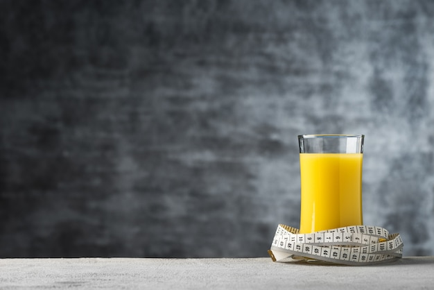 Sok z mleka kukurydzianego miejsca w szkle z centymetrem żywności tle