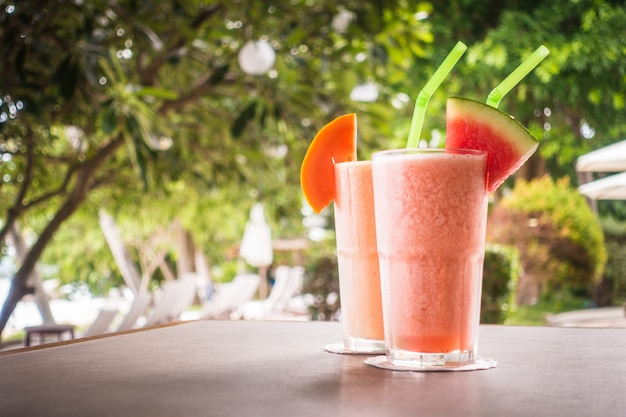Sok z owoców watermon i sok z papai w szklance