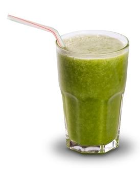 Sok zielony w szklance ze słomkami na białym tle na białej powierzchni