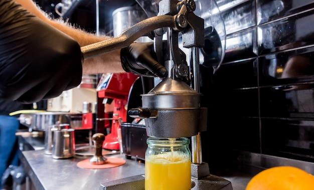 Sokowirówka ręczna z metalu. przygotowanie świeżo wyciśniętego soku pomarańczowego