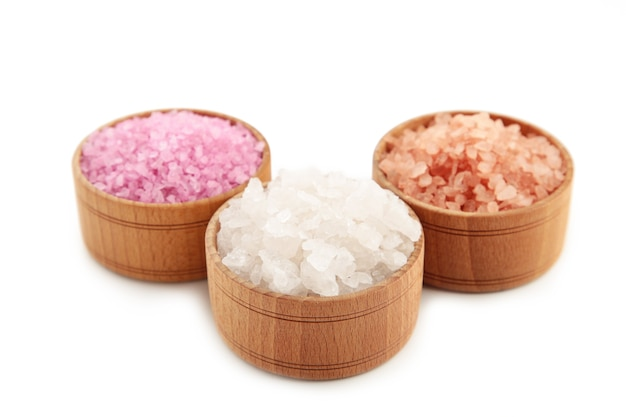 Sól himalajska gruboziarnista i drobna na białym tle.