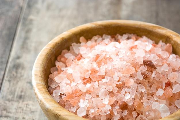Sól himalajska w drewnianej misce